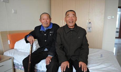 许多老人因身体情况,已经不能下床,为这些长寿老人拍摄一张美好的照片